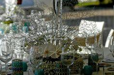 centrotavola con ventaglio di rami d corallo bianco e orchidee phalaenopsis bianche