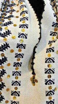 Friendship Bracelets, Costume, Jewelry, Fashion, Embroidered Shirts, Moda, Jewlery, Jewerly, Fashion Styles