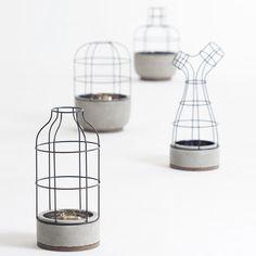 Seung-Yong Song - Is geboren in Yangsan in 1978. Hij werkt als Artist Assistant voor Claudio Colluci Studio en als freelancer werkt hij samen met designer Jean Marc Gady, Patrick Nadeau en Matt Sindall. Deze vaasje, die enkel bestaan uit een volume van draad en een bakje voor het water, zijn minimalistisch, maar toch sfeervol. Ik vind het een mooie, open ontwerp van een vaas.