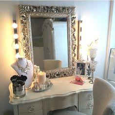 How glam is this makeup vanity designed by @vegas_nay ? The perfect place to apply makeup and get ready every day  to top it off, she's so talented and is one of my favorite makeup artists! I follow her page for my daily dose of beauty inspiration @vegas_nay #vegas_nay ❤️❤️