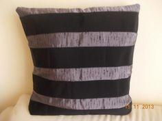 Cuscino nero e grigio bouclé