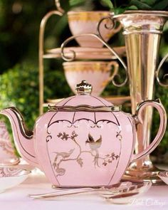 Lovely pink teapot with little bird in gold ! Azul Pantone, Pink Teapot, Tee Set, Cuppa Tea, Tea Pot Set, Teapots And Cups, My Cup Of Tea, Chocolate Pots, Sugar Bowl