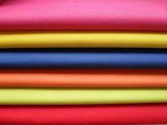 Poliéster: nome genérico de vários tecidos produzidos com fios de Poliester.
