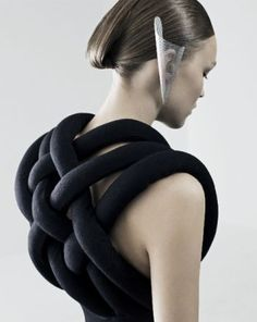 Avant garde futuristic back.of top 3d Fashion, Fashion Details, High Fashion, Fashion Design, Geometric Fashion, Fashion Black, London Fashion, Textiles, Inspiration Mode