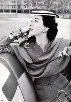 Dovima- Vogue, 1948, photographed by Norman Parkinson
