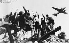 Luftbrücke über Berlin: Kinder hoffen auf Bonbons (Juli 1948)
