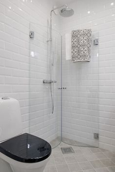 Great idea for a small bathroom a shower screen to fold dusche waschmaschine Great idea for a small bathroom a shower screen to fold - Dekoration Trends Site Small Bathroom With Shower, Small Showers, Tiny Bathrooms, Tiny House Bathroom, Bathroom Design Layout, Bathroom Design Small, Bathroom Interior Design, Modern Bathroom, Bathroom Ideas