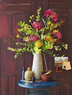 Blumenstrauß aus Chrysanthemen und Eukalyptus: Nadelkissen, Schneebeere, Känguruhpfote, Chrysantheme, Eukalyptus und Hagebutten.