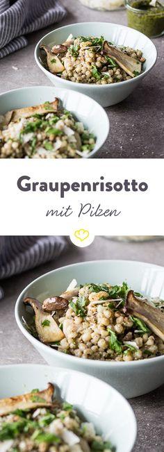 Dieses Gericht macht Vorfreude auf den Herbst: Die Kombi aus Graupen, Pilzen und grünem Walnusspesto glänzt mit Aromenvielfalt und ist echter Sattmacher.