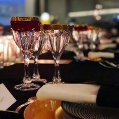 7+1 Ευρωπαϊκές σειρές στο Netflix που πρέπει να δεις - kmag Martini, Red Wine, Netflix, Alcoholic Drinks, Articles, Tableware, Food, Dinnerware, Tablewares