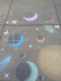 Chalk Art Images and Drawings – Chalk Solar System – we need to do this in the park this summer! I searched for this on /images – Amazing chalk art images that will leave you speechless - Art Sur Toile, Sidewalk Chalk Art, Sidewalk Ideas, Chalk Design, Chalk It Up, Smileys, Chalkboard Art, Tag Art, Oeuvre D'art