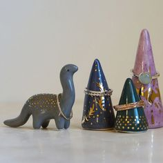 ring holder cone with extra dinosaurs . - Cute ring holder cone with extra dinosaurs -Cute ring holder cone with extra dinosaurs . - Cute ring holder cone with extra dinosaurs - Diy Jewelry Unique, Diy Jewelry To Sell, Diy Rings, Cute Rings, Diy Clay, Clay Crafts, Porta Anel Diy, Jewelry Holder Stand, Ring Holders