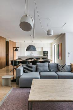 Velký prostorný byt, světlý interiér. Bílá barva, přírodní dřevo a travertin. Vše zázemí je důsledně integrované, zůstává pouze čistý obytný prostor, nic víc. Couch, Furniture, Home Decor, Travertine, Decoration Home, Room Decor, Sofas, Home Furniture, Sofa