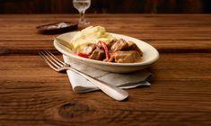 Eine weitere Köstlichkeit aus dem Schmortopf, die ganz einfach zu bewältigen ist. Zart geschmortes Schweinsvoressen an einer sämigen Rahmsauce. En Guete! Rind, Goulash, Pork, Meat, Food Food, Simple, Recipies