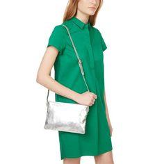 Robe-chemise verte et sac bandoulière en cuir argenté - Monoprix