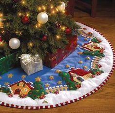 Christmas gifts for kids: sewing mat tutorial Christmas Projects, Christmas Holidays, Christmas Crafts, Christmas Ornaments, Christmas Skirt, Christmas Villages, Christmas 2017, Felt Christmas Decorations, Christmas Stockings