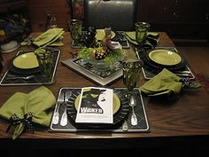 Wicked table - ok Great Play - so funny if you love to laugh - had to pop that in on this - lol Wicked Musical, Halloween Magic, Party Themes, Party Ideas, Sweet 16, Party Planning, Tablescapes, Musicals, Brunch