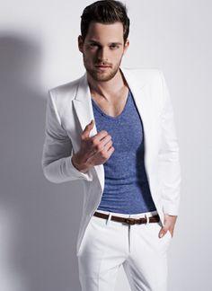 cinturones delgados para hombres - via @kennymilano #IDEMTIKOsay es una tendencia que se esta repitiendo mucho, me gusta mucho la idea solo que este debe tener un contraste muy marcado con el traje... #itold