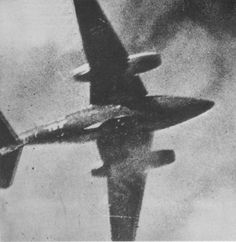 Photo of Luftwaffe being shot down by USAF Mustang of the Air Force as seen from the gun camera. Ww2 Aircraft, Fighter Aircraft, Military Aircraft, Messerschmitt Me 262, Luftwaffe, Me262, American Fighter, History Online, P51 Mustang