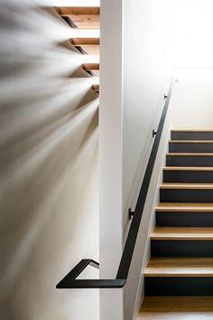 déco d'escalier peint en bois et noir