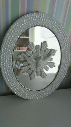 Lindo quadro oval com o Divino espírito santo com esplendor, acabamento em pérolas ,brancas ou também pérolas na cor perolas e espelho dentro.Tamanho 34x28cm.