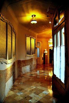 CASA MILÁ. La Pedrera. Gaudí. 1910.Piso visitable donde se puede apreciar como vivia la familia burguesa. . Pasillo. Siguiendo la costumbre de la mayoría de la burguesía barcelonesa de finales del XIX y principios del XX, así como por deseo de la Familia Milà, el inmueble fue diseñado como una finca de vecinos, donde se reservó el piso principal a la familia propietaria y el resto a pisos de alquiler.