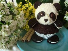 Panda CupCake - chocolate cupcakes filled with flan, icing heads and oreo cookies. Cute and delicious! Panda Cupcakes, Yummy Cupcakes, Oreo Cupcakes, Gourmet Cupcakes, Giant Cupcakes, Oreo Cake, Velvet Cupcakes, Easter Cupcakes, Flower Cupcakes