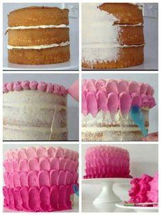 Uma cobertura de bolo com uma simples colher e um pouco habilidade. Bolo em camadas, cake, pink, rosa, glacê, feminino, festa de menina, confeitar, gateau, torta, bolo para festa.