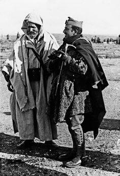 ¿Comandante? Francisco Franco Bahamonde con Ben Mizzián Ben Kassem, jefe de los Mazuza, cabila situada al  sur de Melilla. © Archivo Martínez-Simancas.