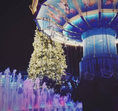Ein perfekter 4. Advent  Punsch Black Mamba fahren und Ice Show    #phantasialand #wintertraum #advent #4advent #rollercoaster #lights #lightshow #christmastree #christmas #sunday #sundayfunday #punsch #carousel by ydnic.c
