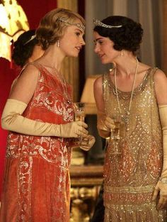 """The London Season"" Downton Abbey Series 4 Christmas Special - Lily James as Lady Rose MacClare and Janet Montgomery as Freda Dudley Ward Flapper Girls, Flapper Hair, Flapper Headband, 1920s Flapper, Downton Abbey Costumes, Downton Abbey Fashion, Moda Vintage, Vintage Mode, Vintage Hats"