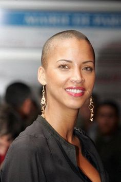 Noemie Lenoir - She looks fantastic with her hair shaved. Natural Hair Twa, Natural Afro Hairstyles, Cool Hairstyles, Curly Hair Styles, Natural Hair Styles, Bald Hair, Bald Women, Shaved Hair, Hair Today