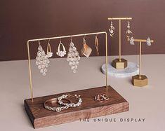 Organizador de joyas exhibición de joyas soporte de perno de | Etsy Earring Display Stands, Wood Display Stand, Wooden Jewelry Display, Jewellery Display, Outer Space Theme, Wood Earrings, Etsy Earrings, Craft Markets, Jewelry Stand