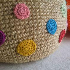 夏にぴったりな麻ひものかごバッグ。かぎ針編みができる人でも、意外と麻ひもは編んだことがないかたが多いのでは。確かにちょっと編みづらいですが、麻ひものバッグの仕上がりは本当に可愛いですよ!今年の夏こそ、憧れの麻ひもマルシェバッグをハンドメイドしてみませんか?作り方と、そのアレンジアイディアをご紹介していきます。 | ページ1