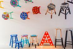 Banquetas coloridas criadas pela artista brasileira Ju Amora;