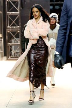 Rihanna arrives at Fendi New York Flagship Boutique Inauguration Party - Feberuary 2015 - 000027 - Rihanna Daily Photo Gallery - Source for Miss Rihanna Rihanna Daily, Rihanna Mode, Rihanna Riri, Rihanna Style, Rihanna Fashion, Rihanna Outfits, Look Fashion, Autumn Fashion, Fashion Outfits