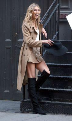 Karlie Kloss Photos Photos - Model Karlie Kloss doing a photo shoot in New York City, New York on May 6, 2015. - Karlie Kloss Doing A Photo Shoot In NYC