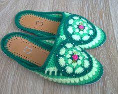 Slippers knitted. Тапочки вязаные. Возможно заказать тапочки любого размера и цвета по вашему желанию. Очень удобные и теплые домашние тапочки, вязаные крючком. Практичная подошва из толстого войлока (снизу можно продублировать прочным нескользким кожзамом) обвязана шелковой обувной нитью. Тапочки хорошо держатся на ноге.