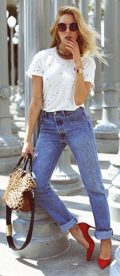 A bolsa com estampa de oncinha e o scarpin vermelho quebram o básico da calça jeans com camiseta branca. - Eyelet Tee Styling by Peace Love Shea