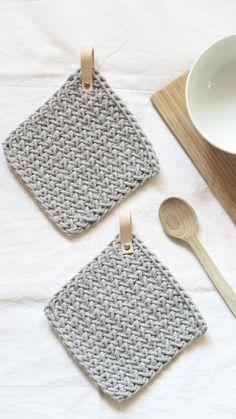 Wiadomo, że w kuchni bez łapek - ani rusz :) (Łapki z bawełnianego sznurka, zawieszki z naturalnej skóry spięte nitem) #łapki #kuchenne #dokuchni #country #scandi #design #dziergane #sznurkowe #szydełkowe #rękodzieło #nawygonie #siedliskonawygonie #pot #holder #knitted #grey #stylowe
