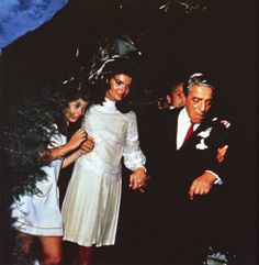 Jackie Kennedy married Aristotle Onassis in a Valentino gown. Caroline is beside her mother. Jacqueline Kennedy Onassis, Jackie Kennedy Wedding, Los Kennedy, Caroline Kennedy, Jaqueline Kennedy, Lee Radziwill, Familia Kennedy, Wedding Dress Gallery, Famous Couples