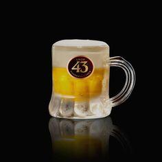De Mini 43 Shot. Doordat de Licor 43 bedekt is met een luchtige laag room ziet het er uit als een schuimend glaasje bier.