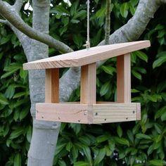 Mangeoire plateau pour oiseaux. Cette mangeoire à oiseaux possède une plateforme couverte pour accueillir une multitude d'espèces de petits oiseaux. Cette mangeoire peut être posée sur un support ou suspendue.