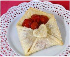 Dolcetti alla ciliegia: le buste dell'amore con pasta brisè e cuore di frutta!