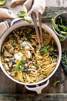 One Pot Creamy Tuscan Pesto and Artichoke Pasta. One Pot Creamy Tuscan Pesto and Artichoke Pasta. This easy One Pot Creamy Tuscan Pesto and Artichoke Pasta is perfect for nights when you're craving Italian, but need something simple and easy to prep Pasta Recipes, Dinner Recipes, Cooking Recipes, Recipe Pasta, Pot Recipe, Recipe Ideas, Pasta Linguini, Salsa Pesto, Pesto Sauce