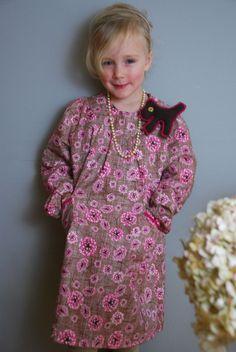 Langarm Mädchenkleid  RV im Rückenteil  zwei aufgesetzte Tachen  Farbe: rosa/weiss/braun  Hundbrosche    ab Gr.L 49.95 Euro