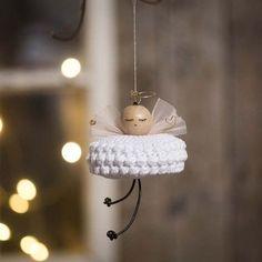 Heklet engel i bomullsgarn Crochet Christmas Decorations, Christmas Crafts For Kids To Make, Christmas Card Crafts, Diy Christmas Ornaments, Homemade Christmas, Christmas Angels, Simple Christmas, Holiday Crafts, Diy Weihnachten