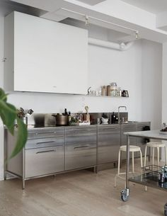 Loft style kitchen Green home with an industrial touch - via Coco Lapine Design Industrial Kitchen Design, Industrial House, Interior Design Kitchen, Kitchen Decor, Kitchen Ideas, Industrial Kitchens, Industrial Table, Interior Modern, Modern Industrial