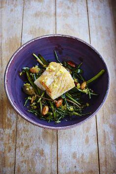 De perfecte combinatie van smaken: dit gemakkelijke en snelle recept voor schelvisfilet met zeegroente, zilte zeekraal en amandelen.