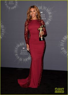 beyonce shows off four moonmen in vmas press room 01 Beyonce looks beautiful while posing with her trophies in the press room backstage at the 2014 MTV Video Music Awards held at The Forum on Sunday (August 24) in…